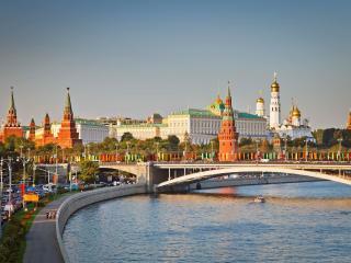 обои Кремль в Москве у реки с мостом фото
