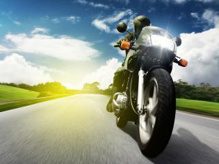 обои Мчащийся мотоцыклист по дорогe фото