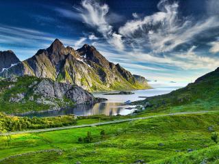 обои Скалистые горы покрытые зеленью и залив фото