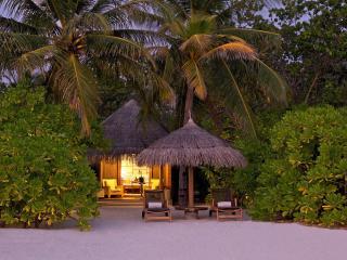 обои Уютный домик с соломенной крышей в тропиках фото