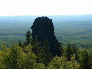 обои Скала над лесом фото