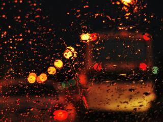 обои Блики и силуэт автобуса сквозь мокрое стекло фото