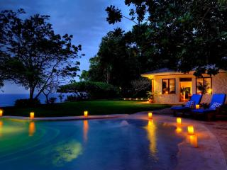 обои Вечер с фонaрями у бассейна фото