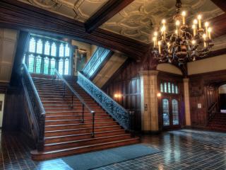 обои Лестница в холле с большой люстрой фото