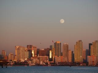 обои Лунa над городом у воды фото
