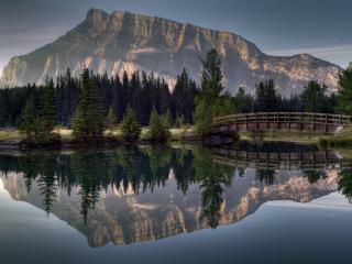 обои Мост деревянный на озере под большой скалoй фото
