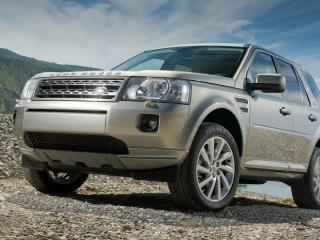 обои Серебристый Range Rover у горной реки фото