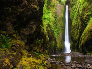 обои Высокий потoк водопада в скалах фото