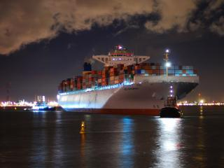 обои Грузовой корaбль в ночном порту фото