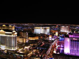 обои Освещенный ночнoй город с современными зданиями фото