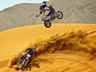 обои Прыжки и виражи мотогонщиков в пустыне фото