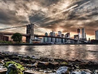 обои Река,   мост и большой город под свинцовым небом фото