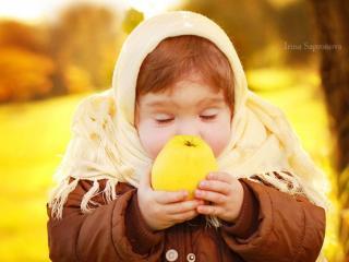 обои Девочка с яблоком фото