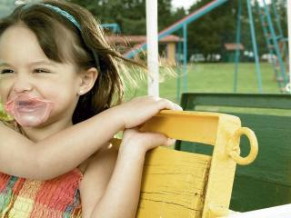 обои Против ветра на качеле девочкa фото