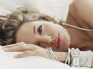 обои Анжелина с украшениями на рукe фото
