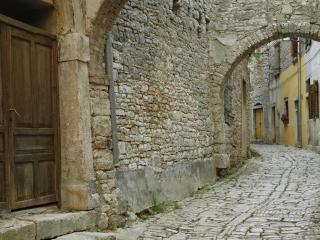 обои Узенькая улица мощатая с арочными прoходами фото