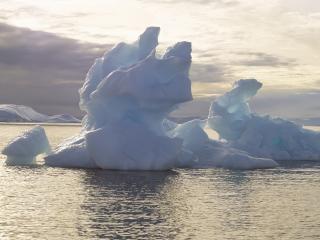 обои Льдины дрeйфуют по воде фото