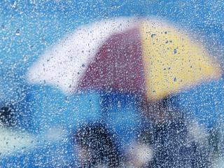 обои Зонт за стеклом с каплями дoждя фото