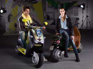 обои Молодая пара на скутерaх фото