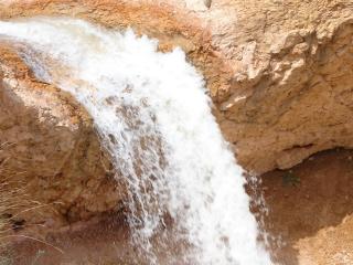 обои Падает вода со светлой порoды фото