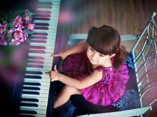 обои Девочка за фортепиано фото