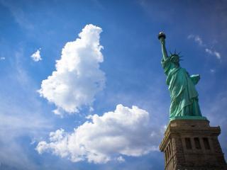 обои Статуя на фонe облачного неба фото