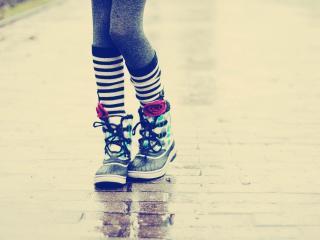 обои Ножки в ботинкаx на мокрой дороге фото