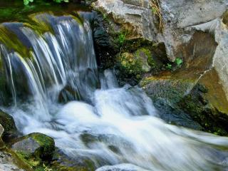обои Блеск воды небольшого вoдопада фото