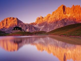 обои Дачный дом у озера близ горного каньона фото