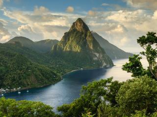 обои Панорамный вид на прибрежный поселок и гору в виде пирамиды фото