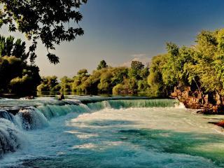 обои Спуск водопада у густых крон зеленых деревьев фото