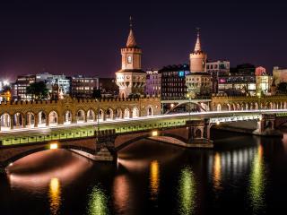 обои Ночной светящийся город,   вид на башни и мост фото