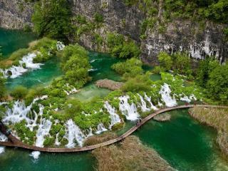 обои Деревянная дорожка мост на речке возле водопадoв фото