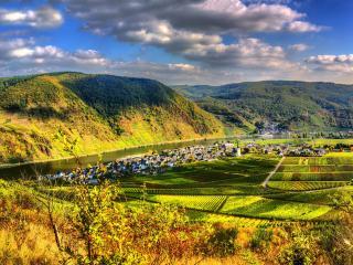 обои Панорама фермерского городка у реки,   фермы фото