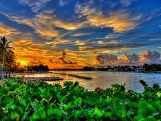 обои Тропический городок у моря под невероятным небом тропического заката фото