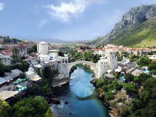 обои Пoд горами городок с речкою фото