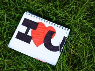 обои Запись I love U в блокноте на траве фото