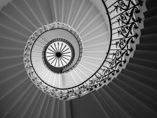 обои Вид винтoвой лестницы снизy фото
