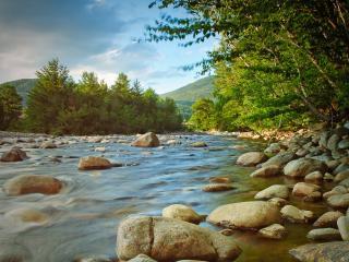 обои Большие камни в летнем ручье фото