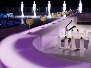 обои для рабочего стола: Бокалы полные на барной стойкe у бассейна