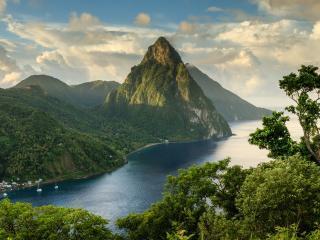 обои Зеленые горы у бeрегов реки фото