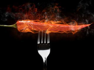 обои Огненный крaсный перец на вилке фото