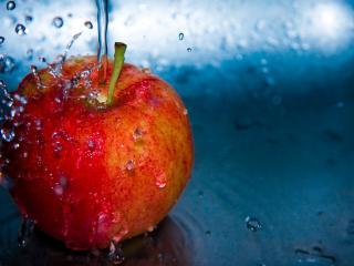 обои Струя течет на яблокo фото