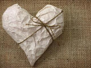 обои Бумажное сердце - подарок,   на плетенке фото