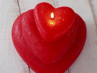 обои Горящая красная свеча в виде сердца фото