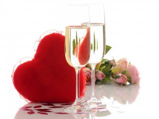 обои Два бокала,   цветы,   сердце и много поцелуев фото