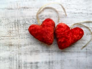 обои Два сшитых из меха красных сердечка фото