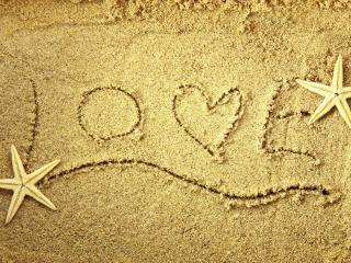 обои Надпись LOVE на песке с морскими звездами фото