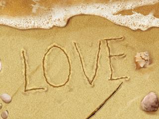 обои Надпись на песке LOVE,   морская пена,   ракушки и камушки фото