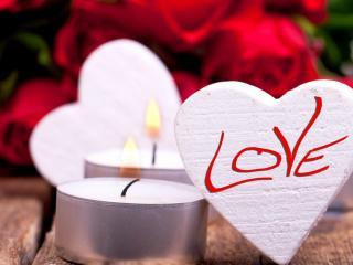 обои Сердечки с надписями LOVE и белые свечи фото